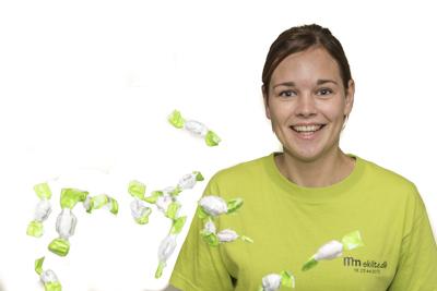 Eveline Van Sonsbeek kaster med logobolsjer